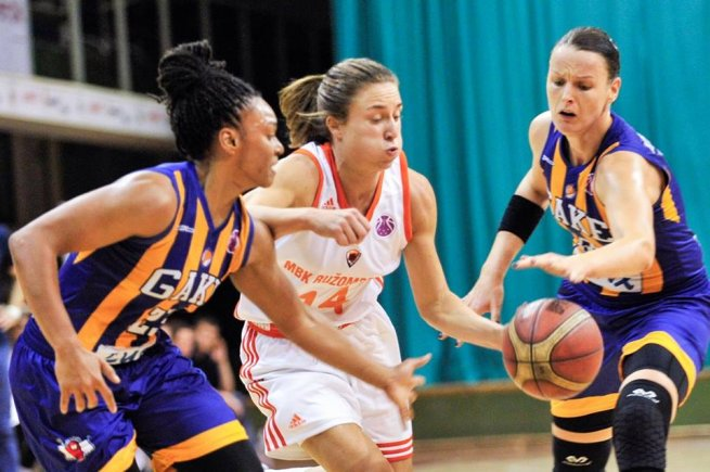 MBK Ružomberok vs. GOOD ANGELS Košice, Bartánusová (14) vs. Morris (23) a Jurčenková (12) (Foto: Rudo Maškurica/fb MBK Ružomberok)